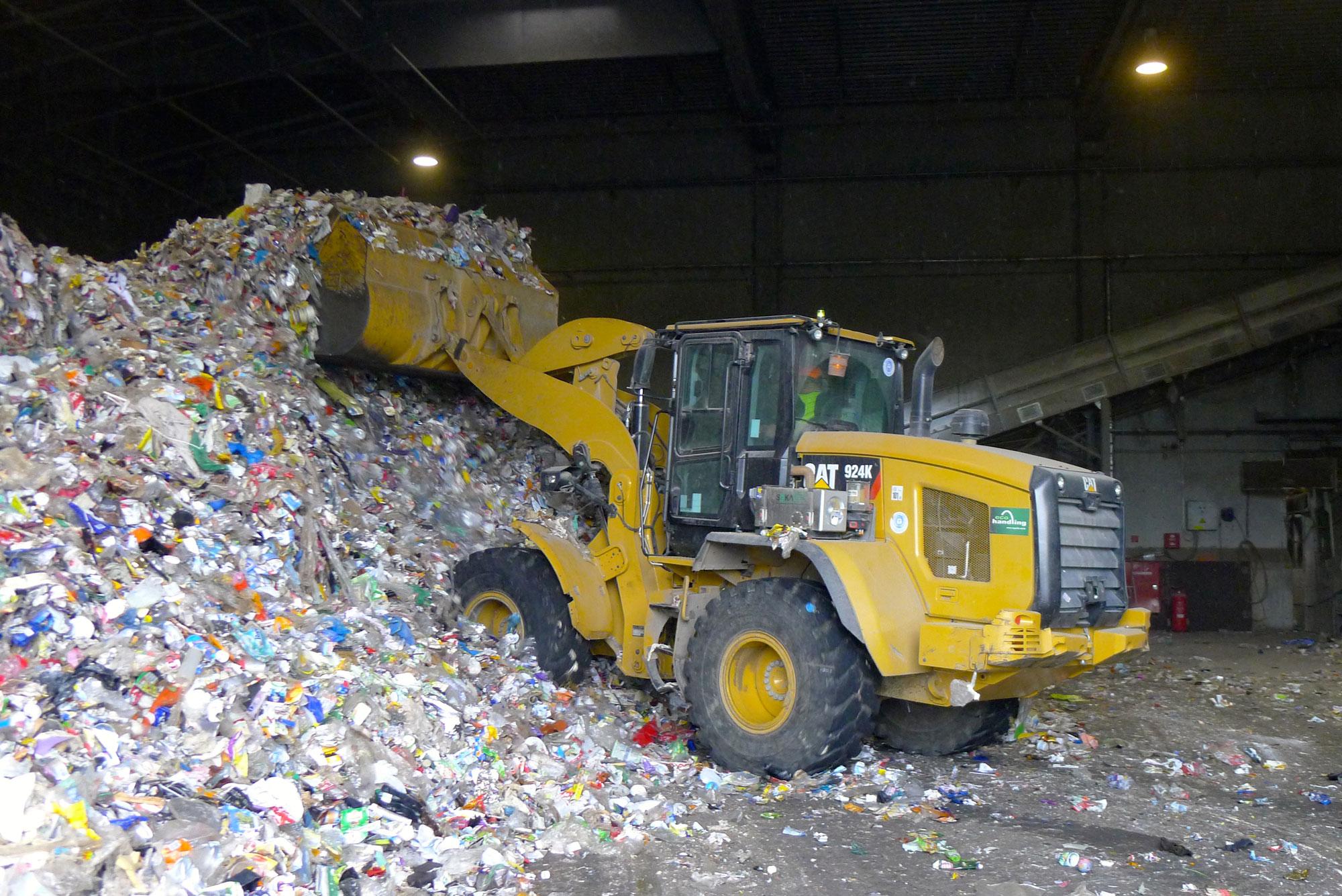 Kunststoffe, Papier, Glas, Altholz, Kompost sowie Metall werden aufbereitet, sei es in Form von Sieben, Häckseln oder Brechen, und damit einer Wiederverwendung zugeführt