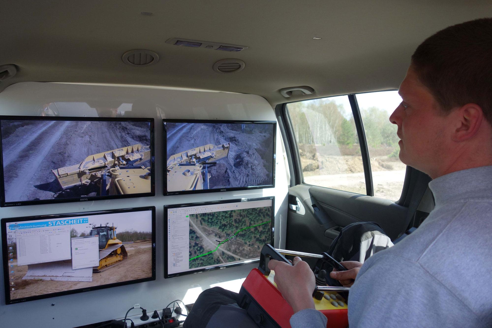 Im Begleitfahrzeug steuern die Mitarbeiter Tobias Schulze und Maik Bothe im Wechsel die Baumaschine, quasi wie von einer Computerkonsole aus