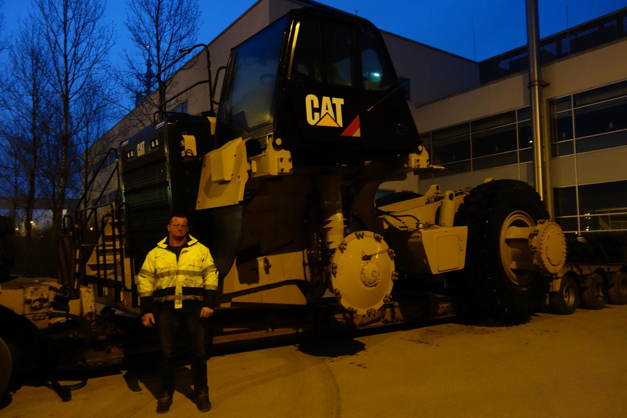 Fahrer Ronny Dittrich lieferte das Chassis des Cat Muldenkippers 777G wohlbehalten ab.
