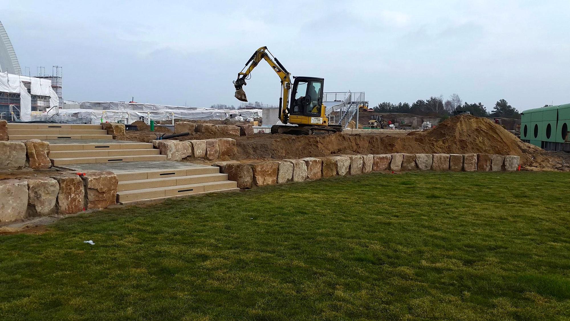 Cat Kurzheckbagger 305ECR heben den sandigen Boden für Wasserleitungen, Filter und Umwälzpumpen aus.